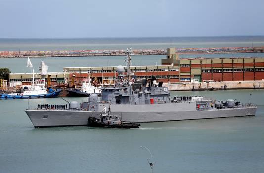 Schepen varen uit de haven van de Argentijnse marinebasis in Mar del Plata, voor de zoektocht naar de vermiste onderzeeër.