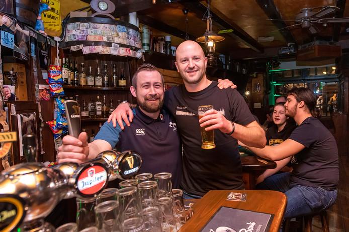 Brexit party in Irish Pub O Mearas in Breda. Op de foto, Robert Wilkins (langste) die van Engelse afkomst is en zijn verhaal over de Brexit heeft gedaan. Met barman Ronan Heffron die van Ierse afkomst is, het zal hem een sausage zijn.