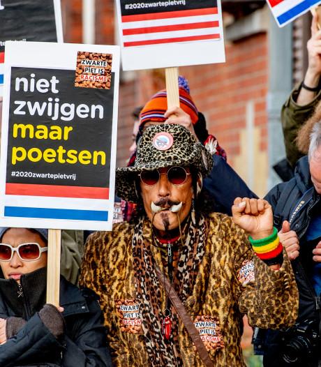 Antizwartepietdemonstranten voeren actie bij Oude Stadhuis tijdens sinterklaasintocht Rijswijk