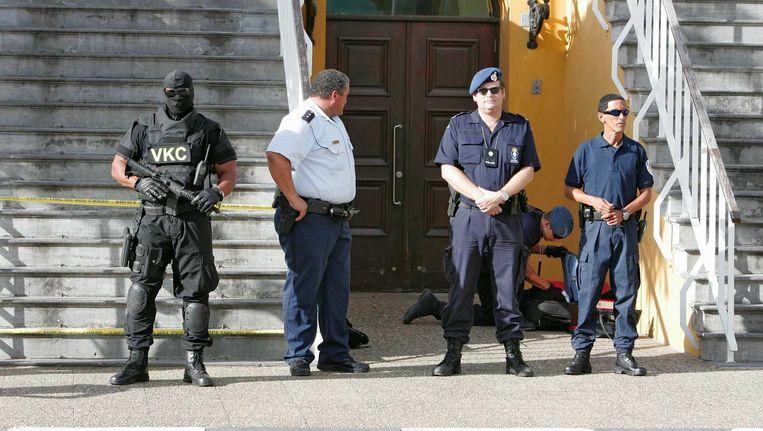 Bewakers met honden van de Koninklijke Marechaussee bij de rechtbank op Curaçao. Beeld anp