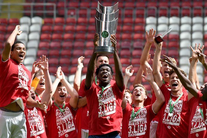 Kwasi Wriedt met de beker die hoort bij de titel in de derde Bundesliga.