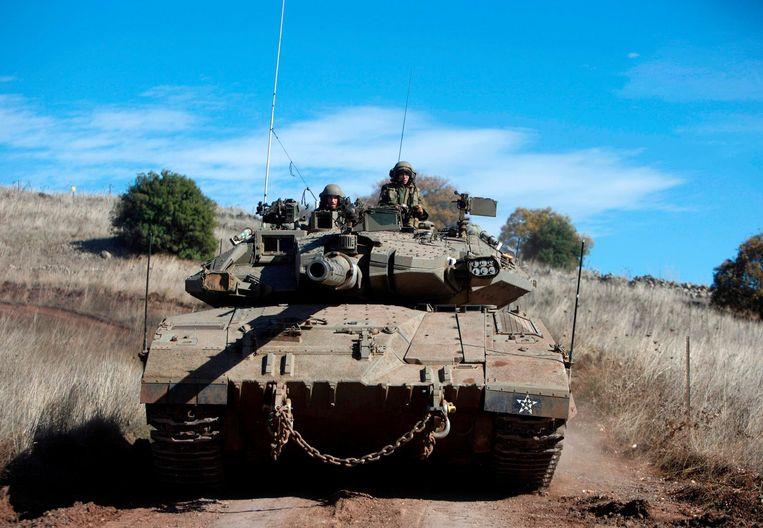 Een Israëlische tank oefent in het grensgebied met Syrië. Beeld epa