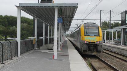 Pendelaars kunnen opnieuw schuilen in vernieuwd station