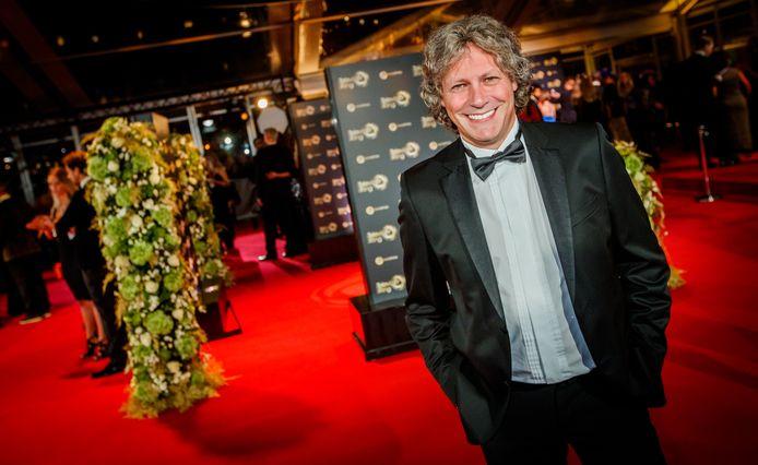 RIJSSEN - Muziekproducent Edwin van Hoevelaak was vrijdag een van de bijna 2900 Nederlanders die koninklijk werd onderscheiden. De producent en componist mag zich Ridder in de Orde van Oranje-Nassau noemen.