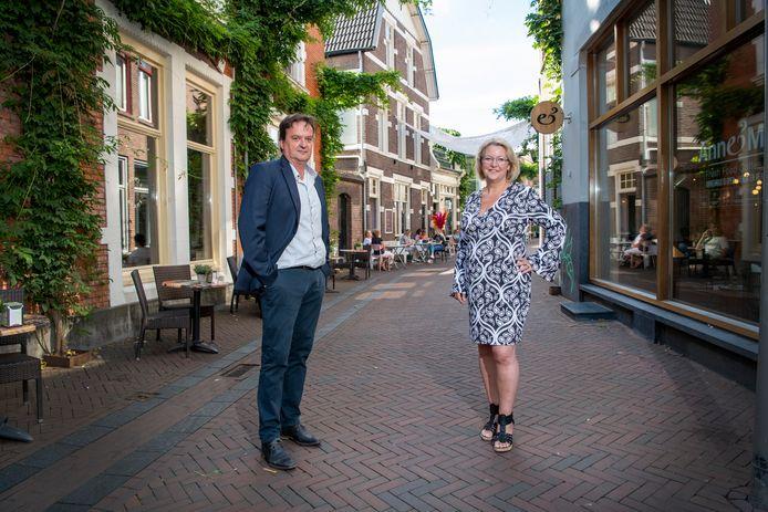 Yvonne Nikkelen (54) uit Ulft en Ton van Hardeveld (59) uit Brummen krijgen radeloze ondernemers aan de lijn.