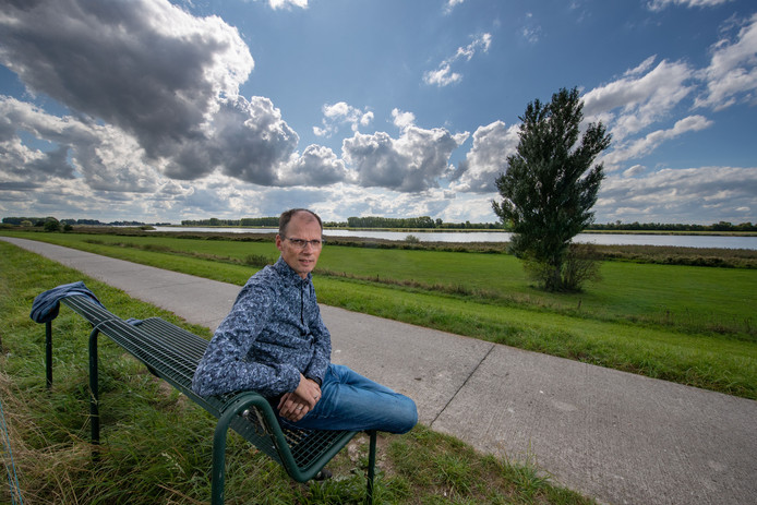 Gert Talens bij de nazaat van het 'zeebeumpien' aan het Vossemeer, vlakbij de plek waar in november 1944 de Mosquito crashte.