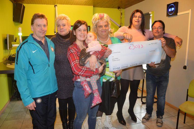 Radio PROS hield eerder deze maand ook al een actie voor Loena. Papa Danny (rechts) en mama Jennice (met Luna op de arm) zijn zeer blij met alle steun.