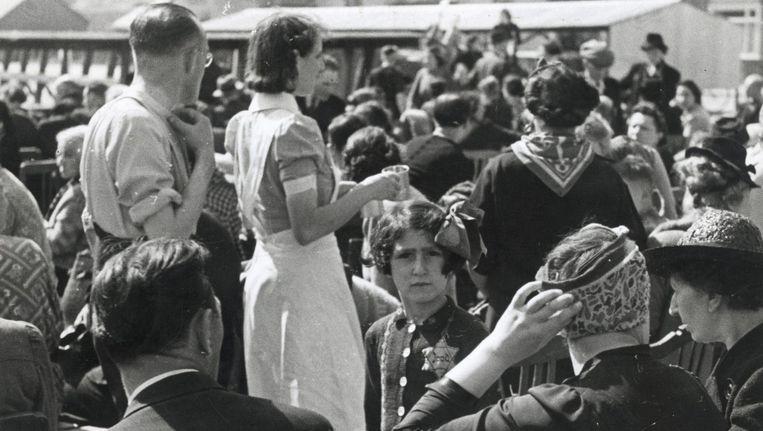 Op de Polderweg wachten 500 Joden op transport naar Westerbork, zomer 1943 Beeld NIOD
