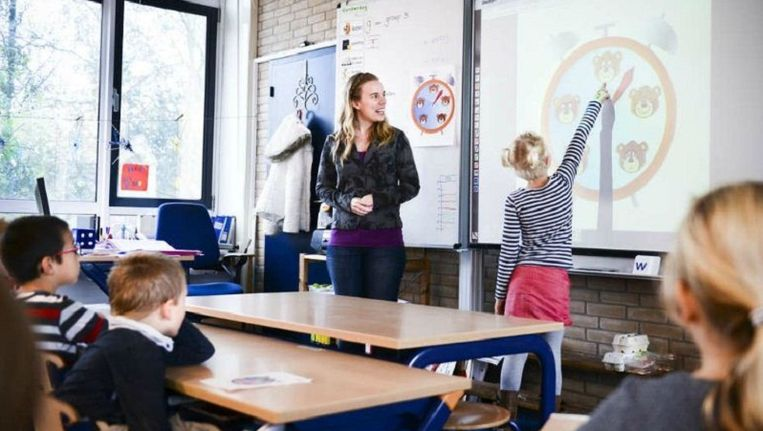 Leerkracht Rosanne Bos besteedt aandacht aan de emoties van de kinderen in haar klas op basisschool De Tweemaster in Naarden. Beeld Bram Petraeus