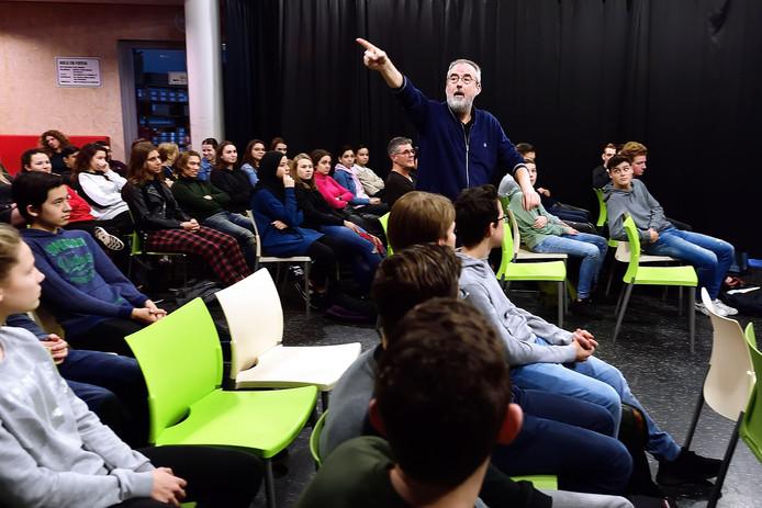 Schrijver ronald giphart in gesprek met havo leerlingen van jtc in roosendaal. Foto pix4profs/petervantrijen