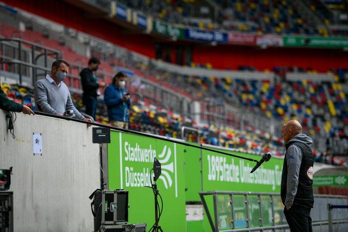 Uwe Roesler, coach van Fortuna Düsseldorf geeft een interview op afstand.