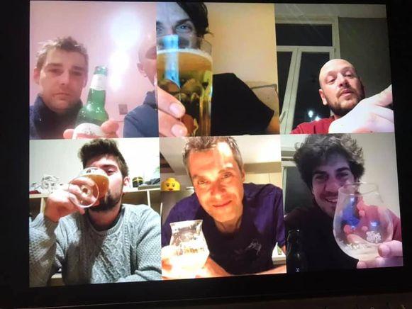 Deze vriendengroep uit het Gentse hield woensdagavond een 'skype-rinha'.