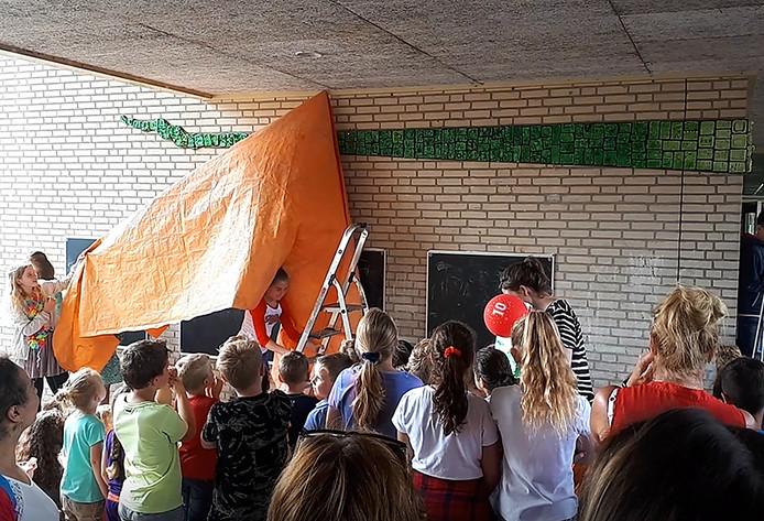 Leerlingen onthullen eigen kunstwerk bij 10-jarig jubileum van basisschool De Wending. Foto Alfred de Bruin