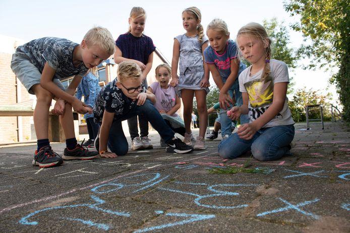 Rekenen op het schoolplein bij Den Aldenhaag in Zoelen.