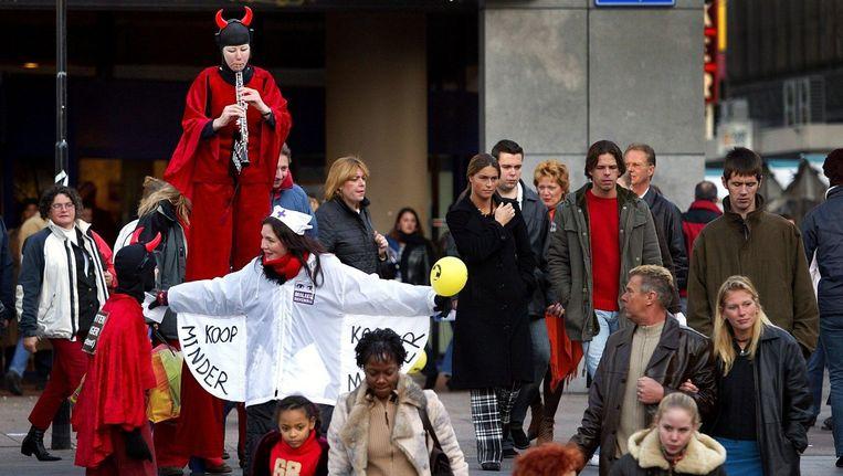 Actievoerders roepen op Niet-Winkeldag het publiek op minder te consumeren, 29 november 2003. Beeld anp