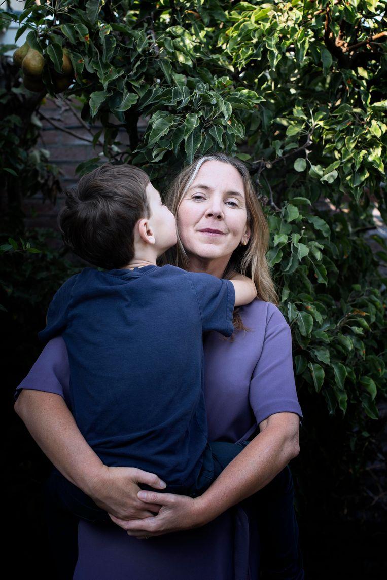 Eveline Zwikker met haar zoontje. Beeld Kiki Groot
