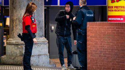 Amper pendelaars, massaal veel security: ondanks heropstart bedrijven ligt Antwerpen Centraal er verlaten bij