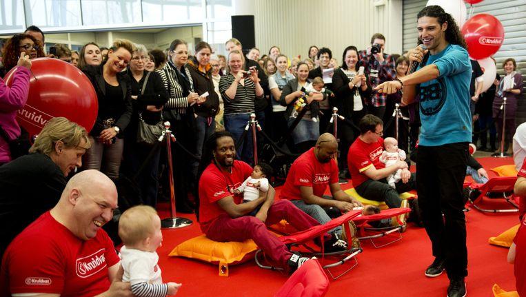 Rapper Ali B. houdt een lachworkshop met vaders en baby's tijdens de opening van de Negenmaandenbeurs. Beeld anp