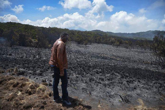 Minister Hamisi Kigwangalla meet de schade op in het getroffen gebied.