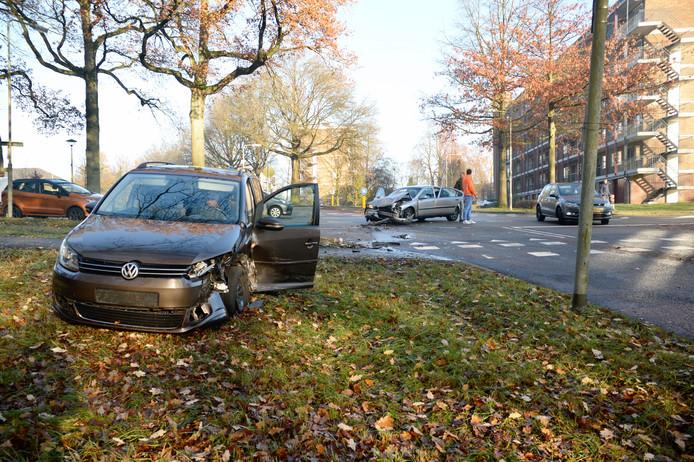 De zwaarbeschadigde auto's na de aanrijding in Arnhem.