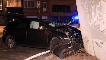 Twee gewonden na klap tegen brugpijler