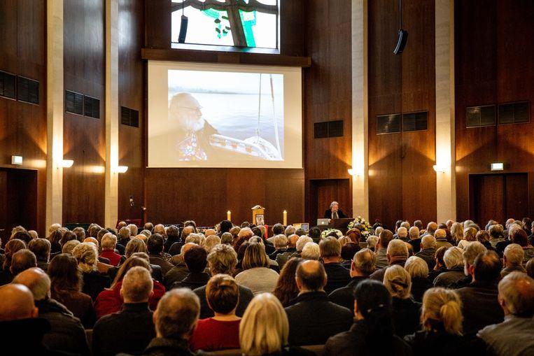 Alle zitplaatsen in de aula van het crematorium waren gevuld voor het afscheid van Freek Neirynck.