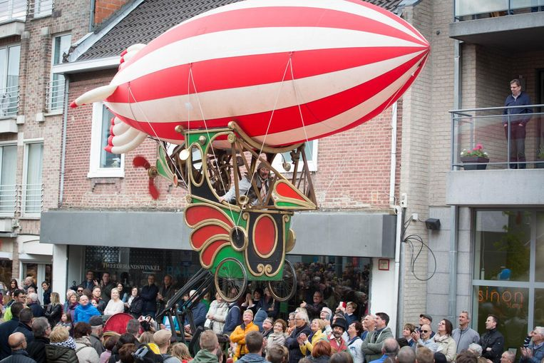 Het publiek langs het traject kon genieten van verschillende spectaculaire acts.