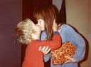 Tamara Baars als kind met haar broer Koen die op zijn 30ste een einde maakte aan zijn leven. Ze schreef een boek over de impact die het op haar had.