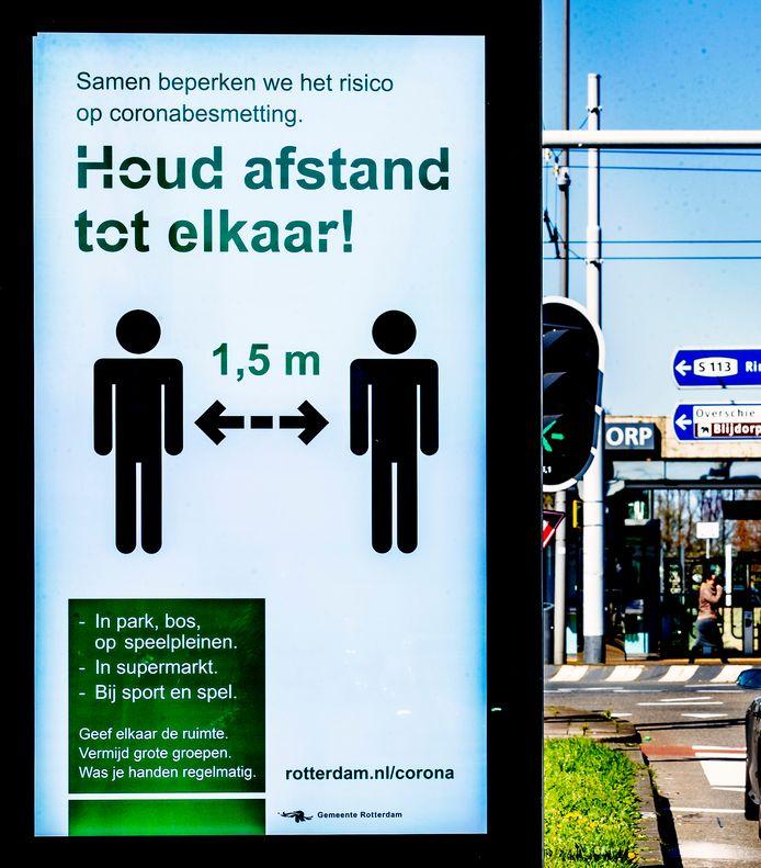 Op een bord in de binnenstad van Rotterdam wordt aangegeven dat mensen afstand moeten houden.