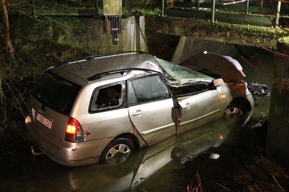 De auto belandde naast de weg tegen de brug van een pompstation.