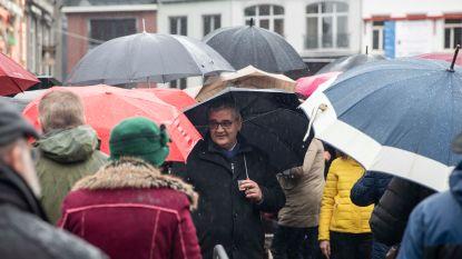 Burgemeester Vandeput leidt parapludans in de regen