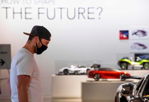 Een man met een mondmasker bezoekt het Petersen Automotive Museum in Los Angeles. Door de heropflakkering van het virus worden de versoepelingen van de coronamaatregelen teruggedraaid voor de inwoners van Los Angeles en omstreken.