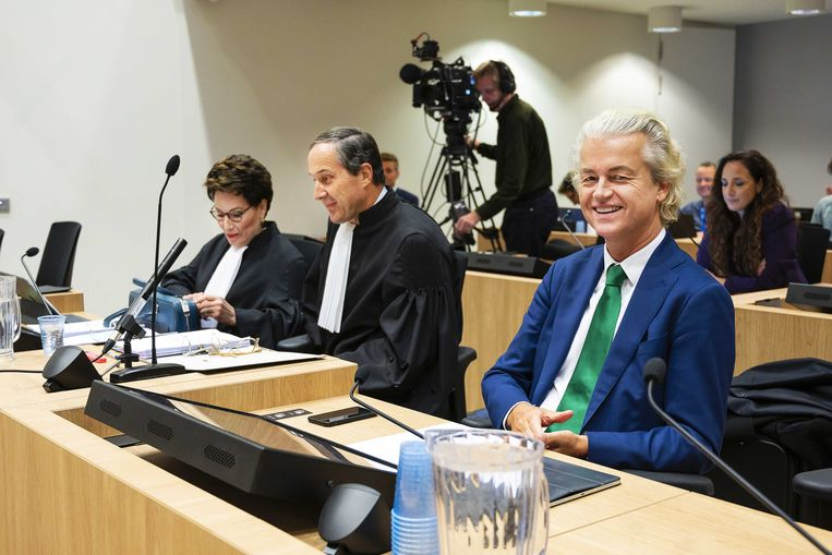 Geert Wilders en zijn advocaten Geert-Jan Knoops en Carrie Knoops-Hamburger. Beeld ANP