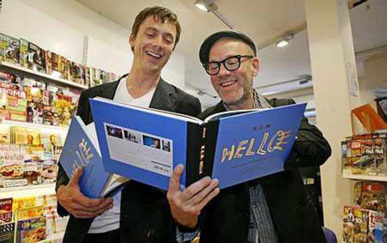 R.E.M.-leadzanger Michael Stipe en fotograaf David Belisle signeren dinsdag in Amsterdam het fotoboek Hello, met unieke en intieme foto's van R.E.M. en andere wereldsterren. Foto ANP/Freek van Asperen Beeld