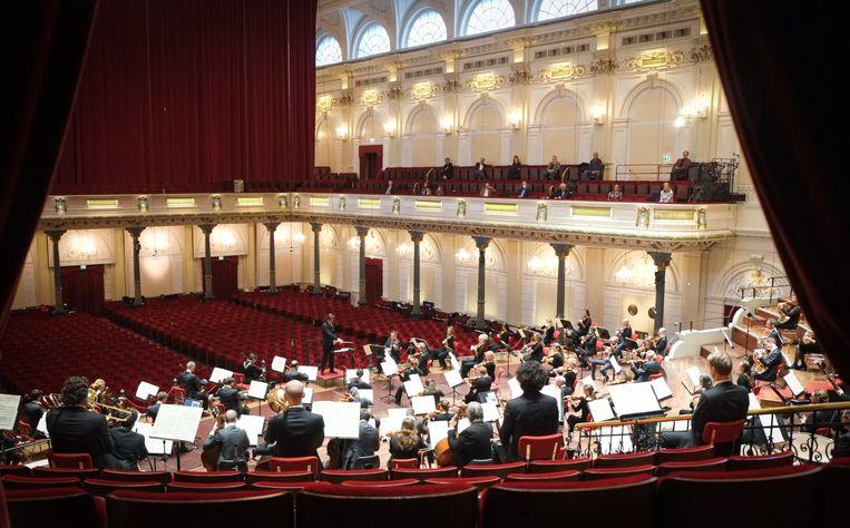 Het Concertgebouworkest speelde vrijdag in een leeg Concertgebouw. Beeld Peter Tollenaar