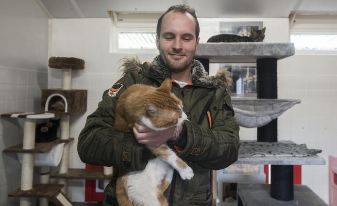 Bas Schrotenboer met een van de katten.