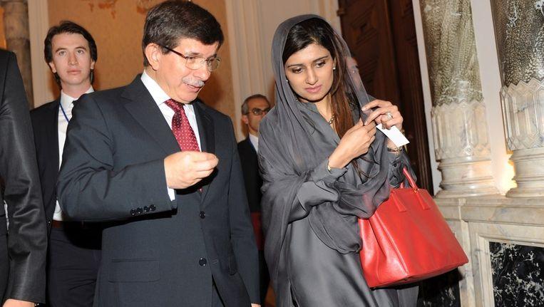 De Turkse (links) en Pakistaanse ministers van Buitenlandse Zaken in gesprek op de conferentie. Beeld afp