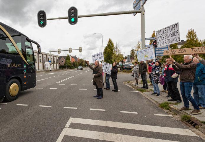 Hazerswoudenaren lieten leden van Provinciale Staten van Zuid-Holland (die in de bus zaten) in oktober 2017 al weten dat zij de files op de N209 door hun dorp zat zijn. Nu is er nog steeds geen oplossing.
