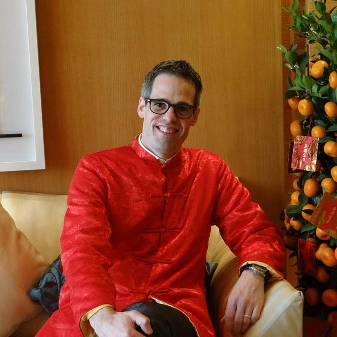 Hammer in klederdracht van de streek waar hij werkt: Macau. De general manager van het Okura Hotel in de Chinese stad reist de wereld over om de kampioenswedstrijd van FC Twente live te kunnen meemaken.