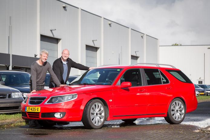 Bas Smit en Dirk Koppen bij een vernieuwde Saab. De auto is 15 jaar oud, maar oogt en rijdt als een nieuwe.