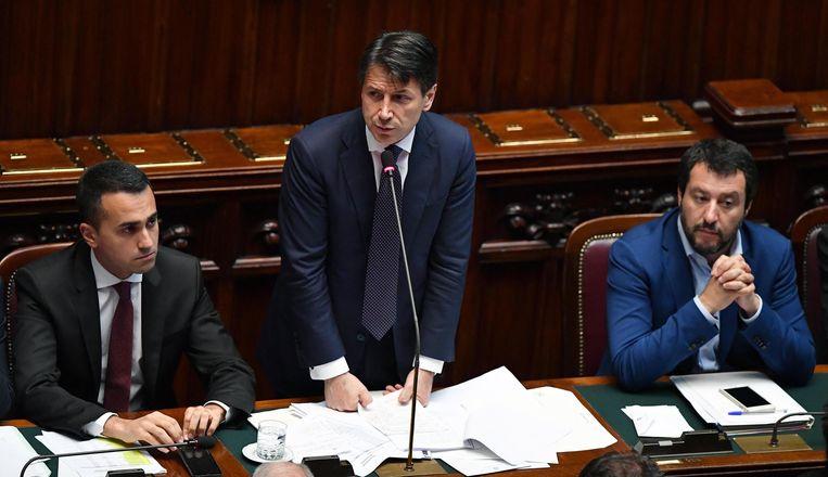 De Italiaanse premier Giuseppe Conte (midden), geflankeerd door minister Matteo Salvini van Binnenlandse Zaken (rechts) en de minister van Arbeid Luigi Di Maio (links), 6 juni.  Beeld EPA