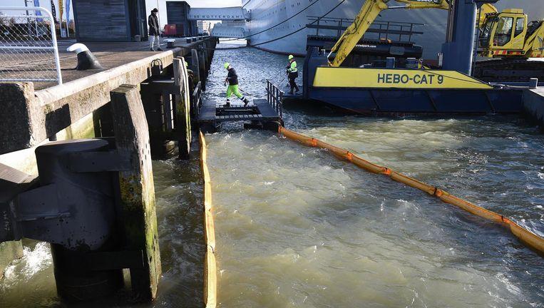 Een plasticvanger in de Nieuwe Maas in Rotterdam. Beeld Marcel van den Bergh / de Volkskrant