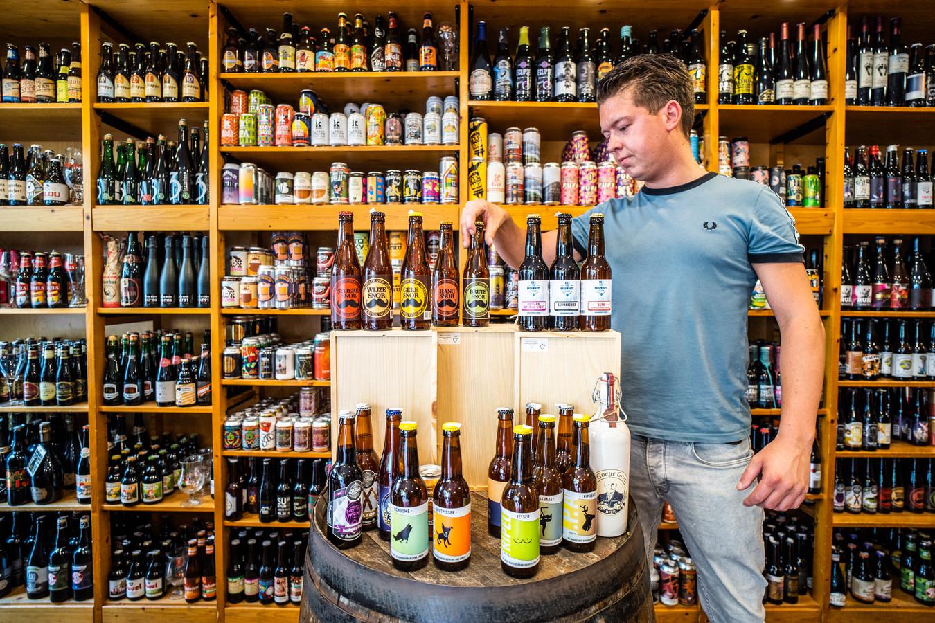 Lesley Loenen van slijterij Barrique in de Pauwstraat in Arnhem toont wat de lokale brouwerijen Arnhem en Velp te bieden hebben.