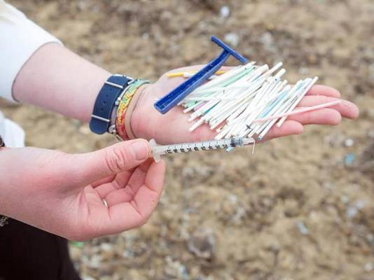 Wattenstaafjes, scheermessen en een spuit, allemaal gevonden op het strand van Palma.