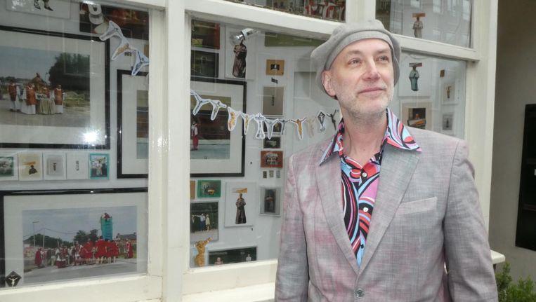 Kunstenaar en Starikgids Mirko Krabbé, in een pak van zijn vriend.