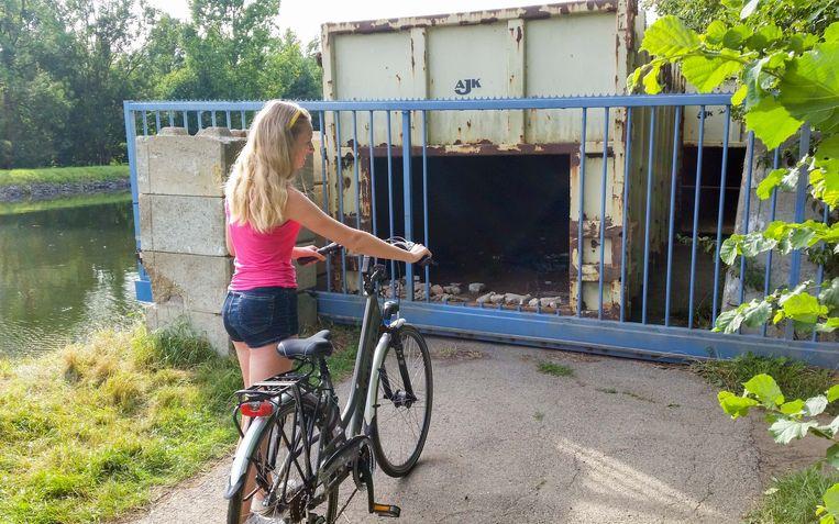 Gisteren strandde een fietsster voor de containers.