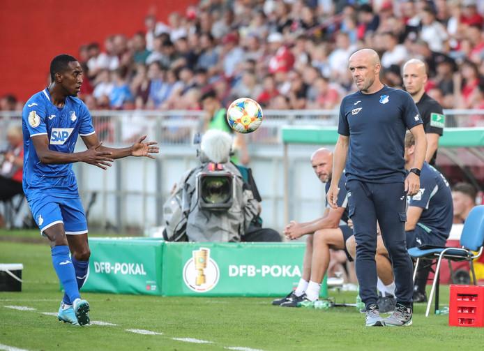 Alfred Schreuder ziet dat Joshua Brenet voor Hoffenheim gaat ingooien in het bekerduel met FC Würzburger Kickers.