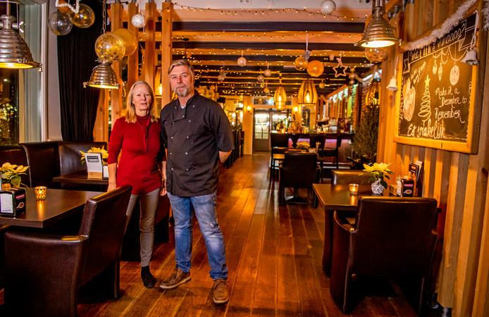 Joke en Fred Noorlander, de eigenaars van grandcafé De Hoek in Boskoop.