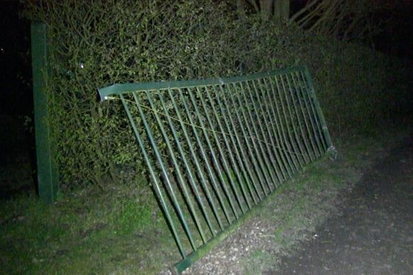 Deze poort werd afgereden door de vluchtende auto.