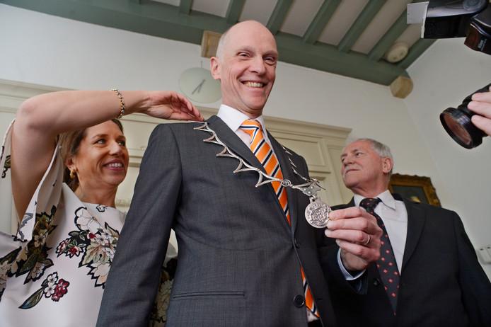 Overhandiging van de nieuwe ambtsketen aan burgemeester Marcel Fränzel van Meierijstad. Hij is waarnemer. De fusiegemeente is nog op zoek naar een nieuwe burgervader of -moeder.